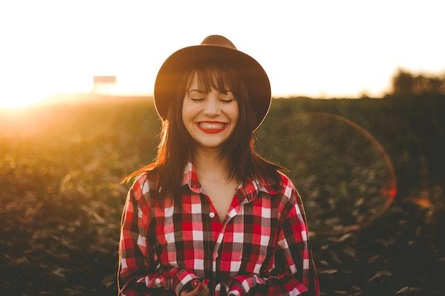junge Frau ist zuversichtlich und glücklich - positive Affirmationen, positive Gedanken