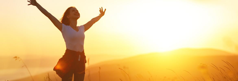 junge Frau Sonnenuntergang fröhlich selbstsicher - Selbstzweifel überwinden