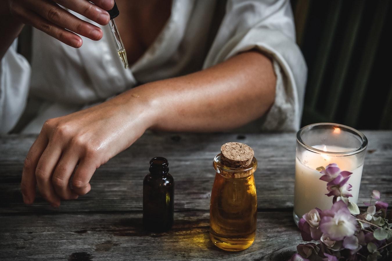 ätherisches Öl wird auf die Haut getropft zum Zwecke der Aromatherapie