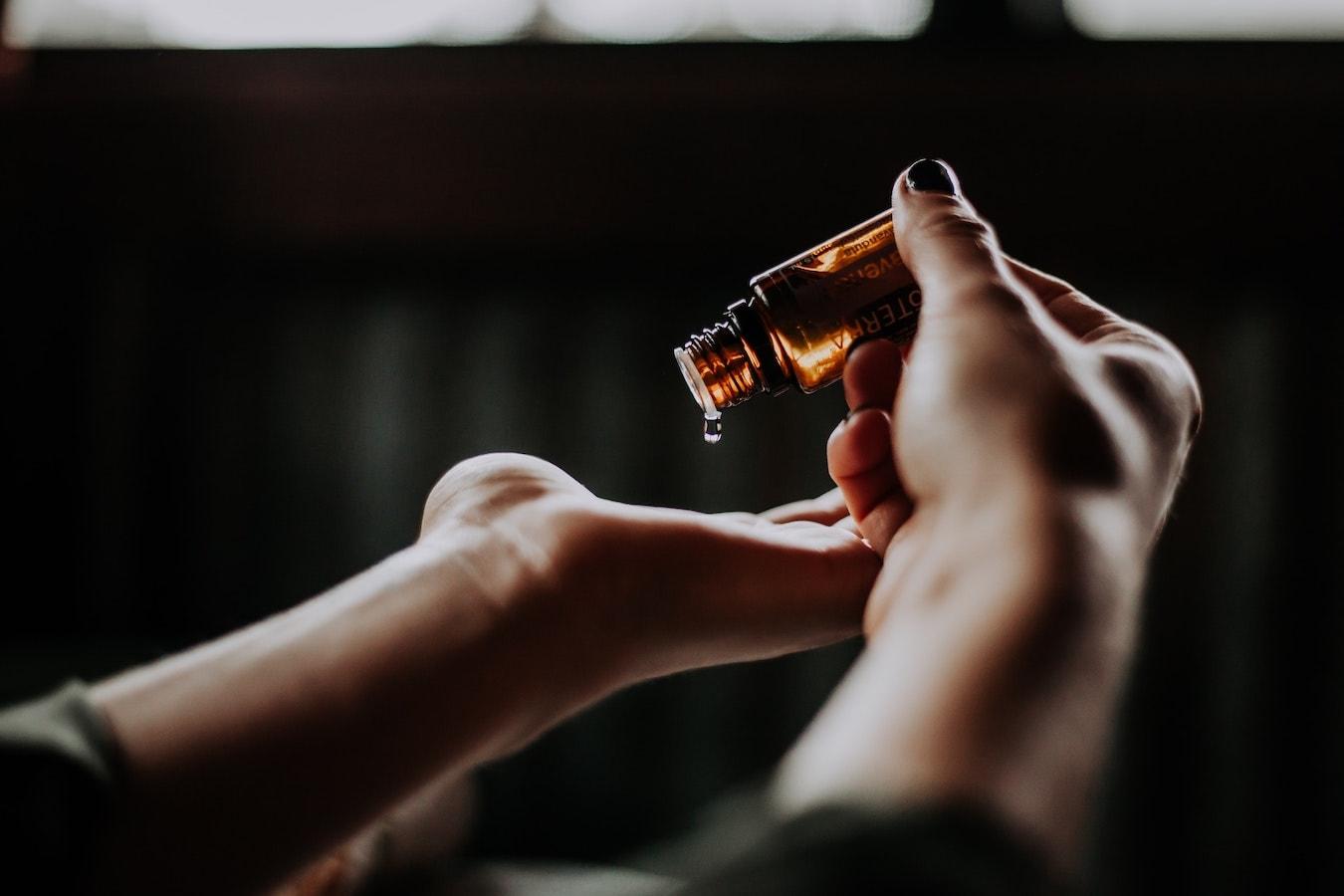 ätherische Öle Anwendung auf der Haut Hand- ätherische Öle Anwendung Flasche