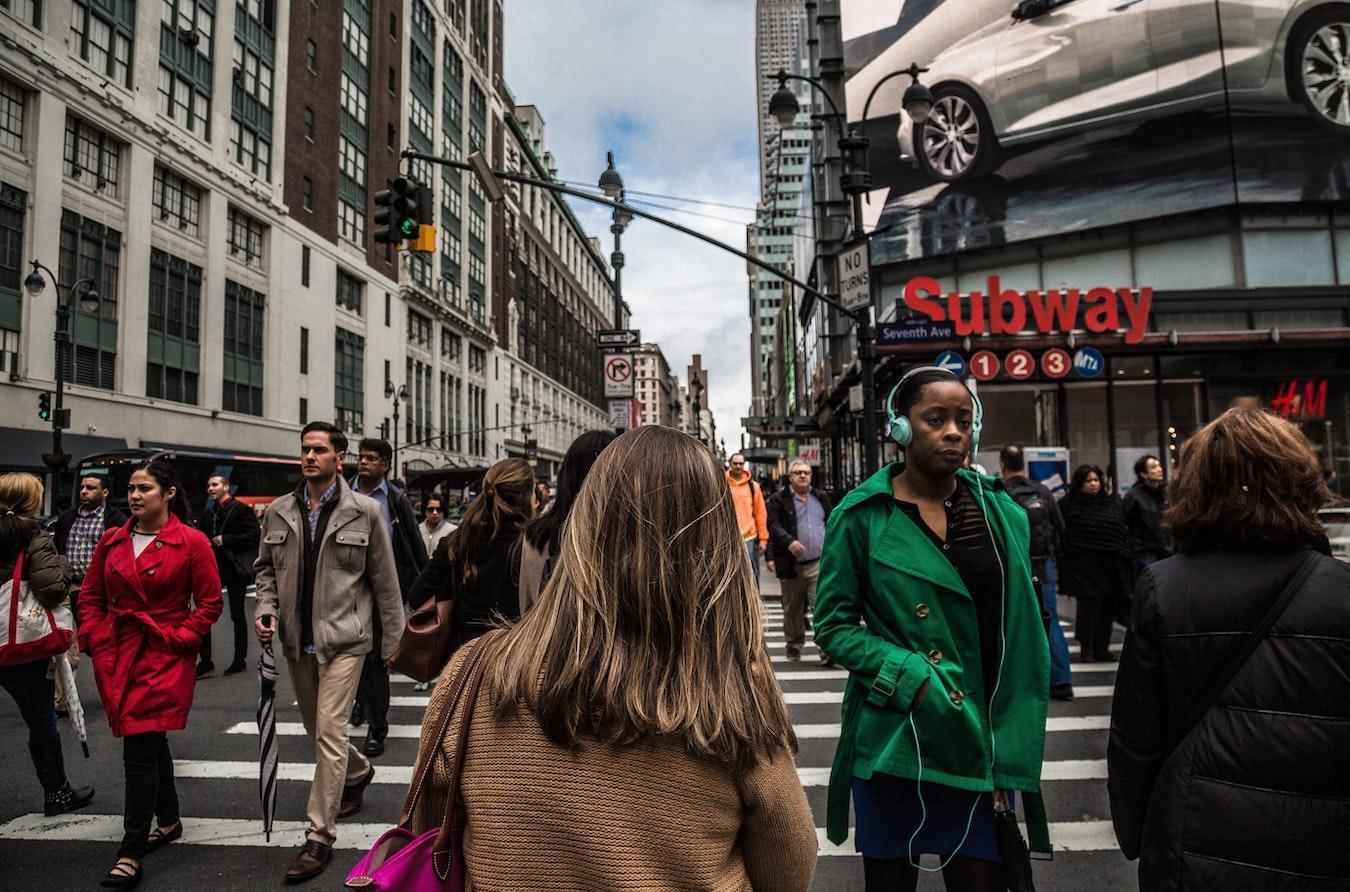Fußgänger kreuzen die Straße, jeder ist mit sich beschäftigt - Selbstzweifel