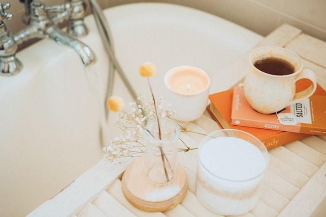 Tee und Blumen neben der Badewanne - Wellnesstag