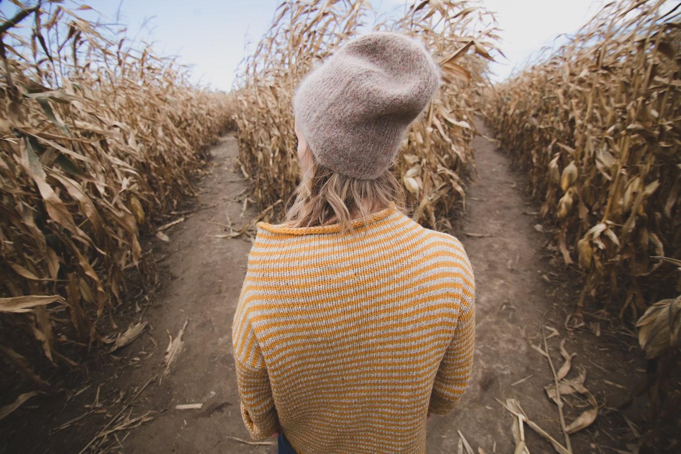 junge Frau kann keine Entscheidungen treffen, welchen Weg sie gehen soll