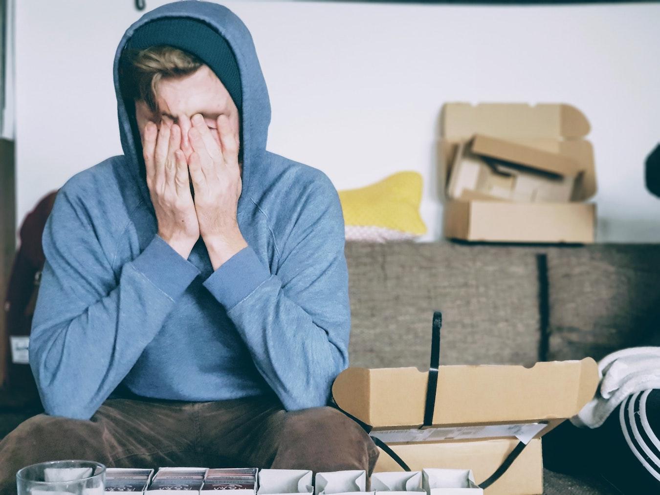 junger Mann hat ein Gedankenkarussel im Kopf, denkt viel nach, kann seinen Kopf nicht frei bekommen