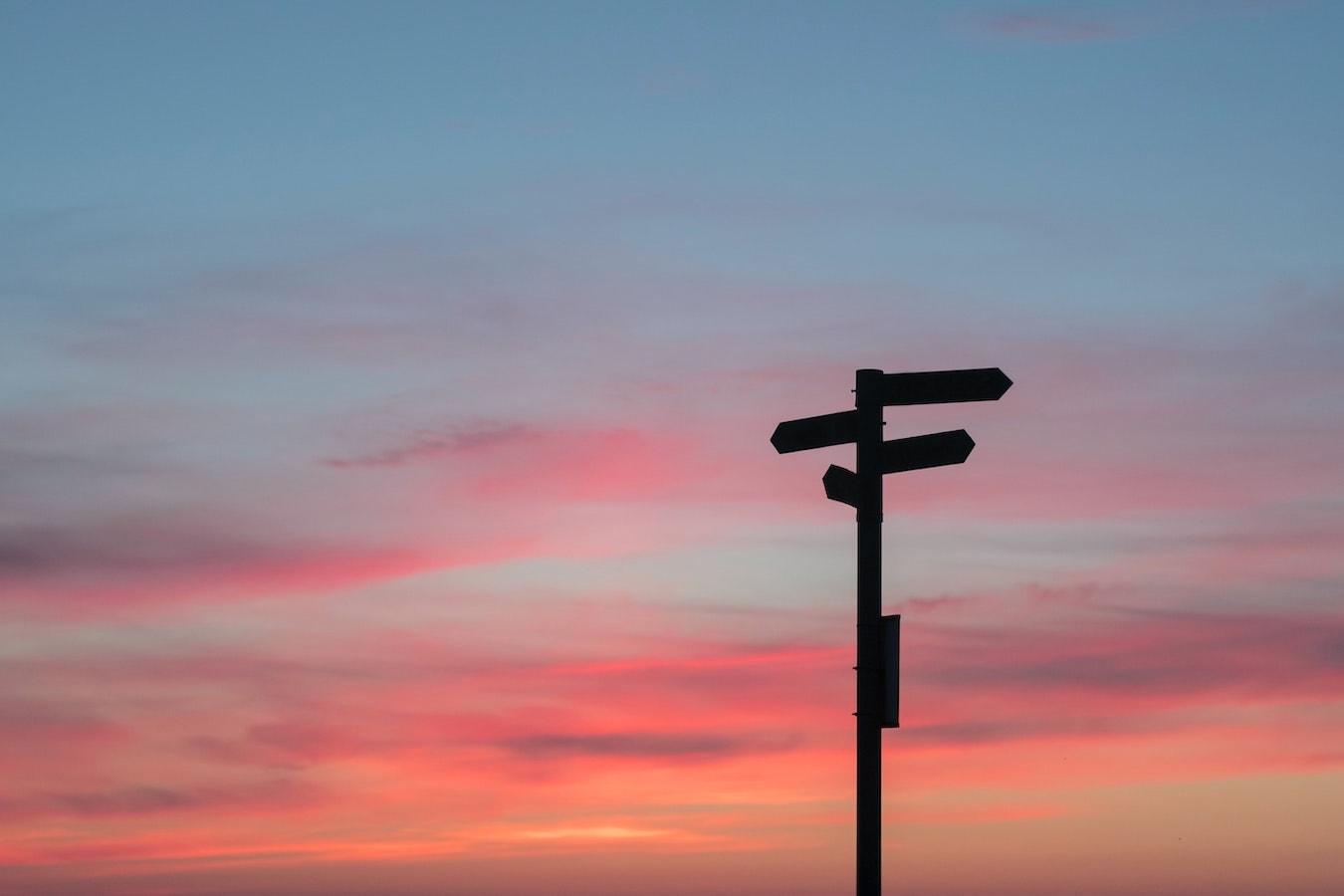 Wegweiser Schild schöner Sonnenuntergang