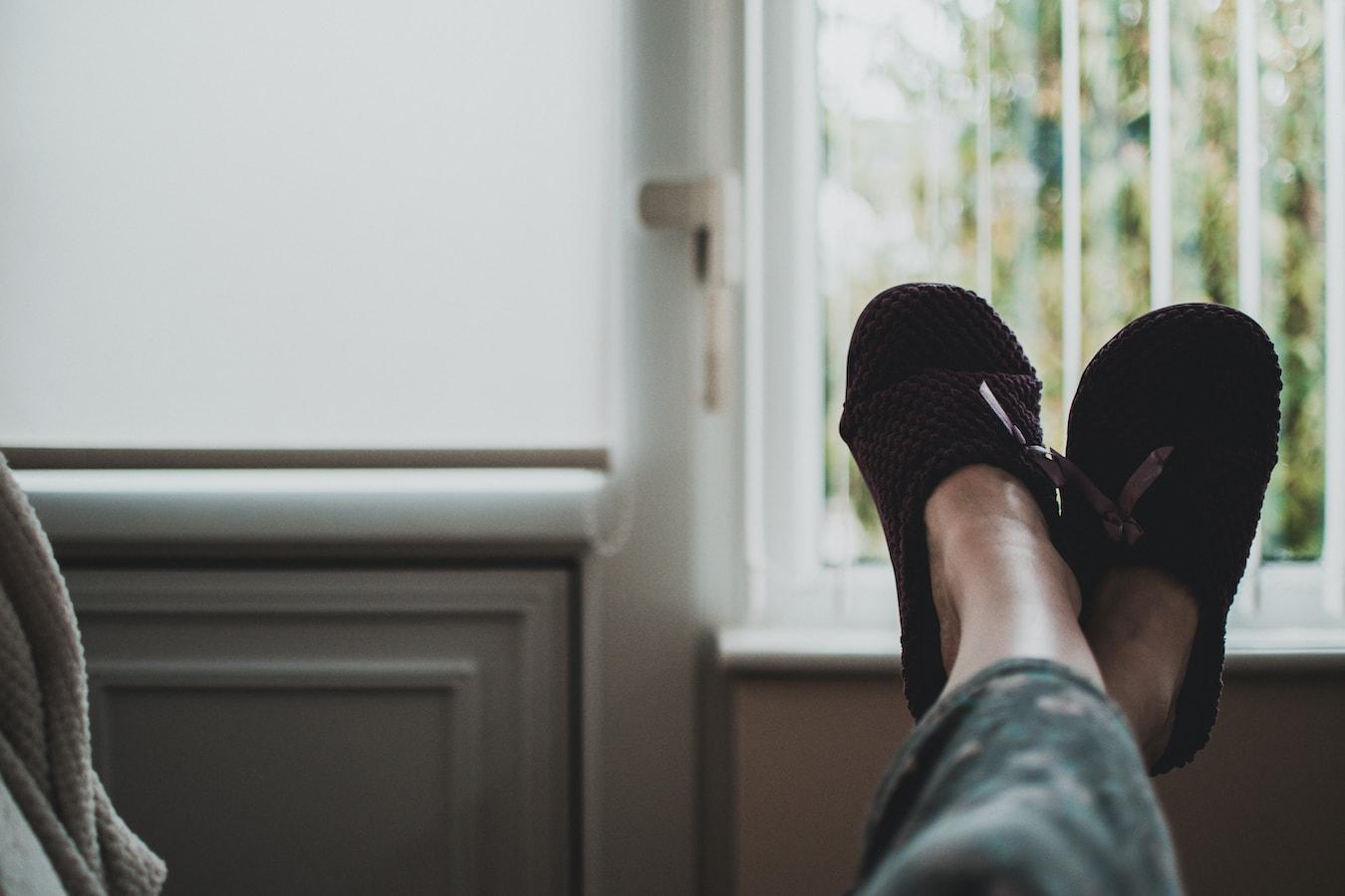 zwei entspannte Füße mit Hausschuhen, Relax, Entspannung