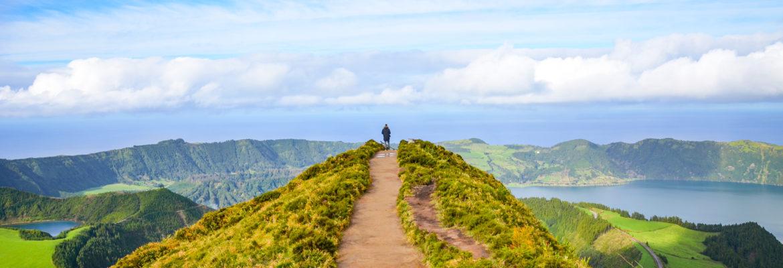 junger Mann findet den Weg aus der Selbstsabotage - erklimmt einen Berg