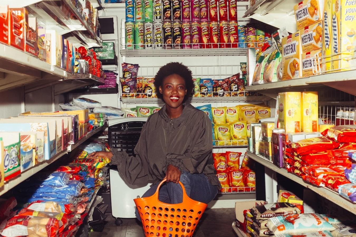 junge Frau im Laden mit viel Auswahl kann sich nicht entscheiden
