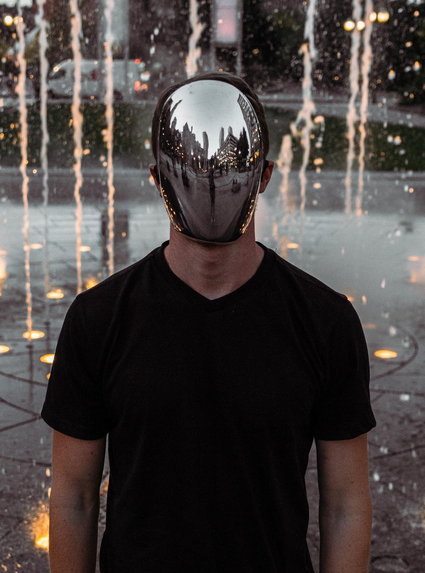 junger Mann mit einem Spiegel statt eines Gesichtes - Ego und höheres Selbst Dualität