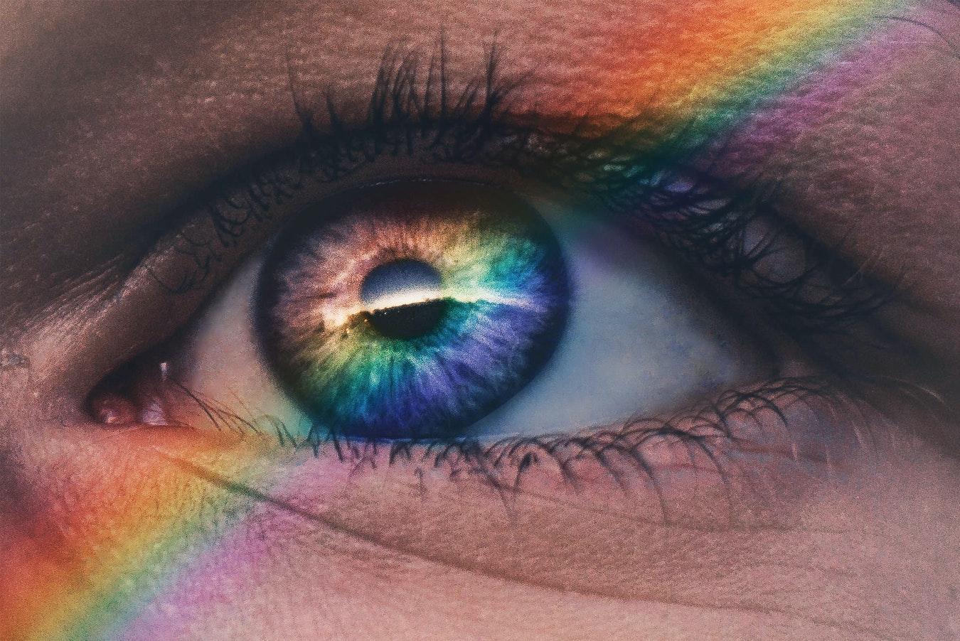 Nahaufnahme Auge mit Regenbogen Licht höheres Bewusstsein finden