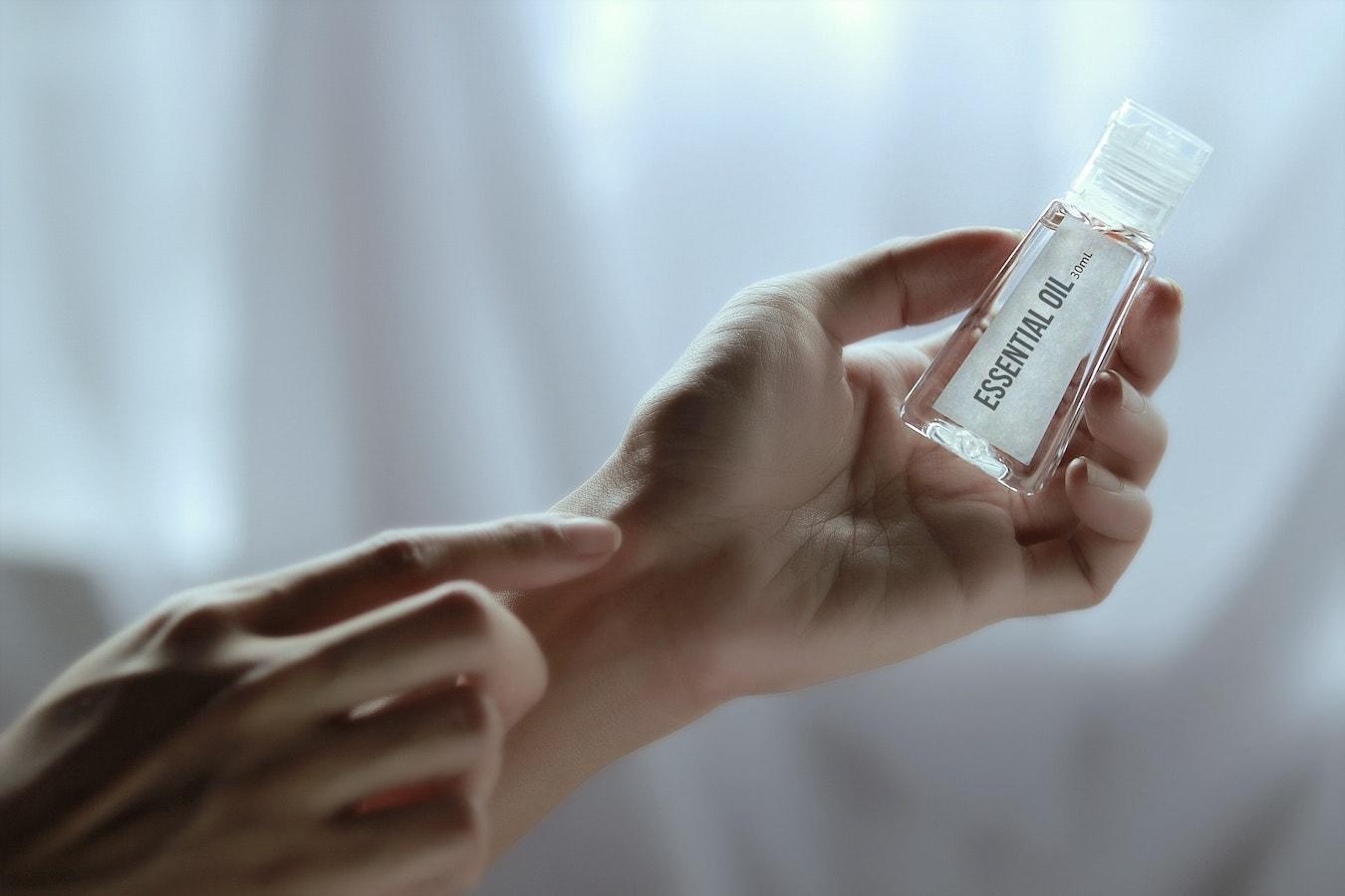 Ätherische Öle für die Haut auftragen Anwendung