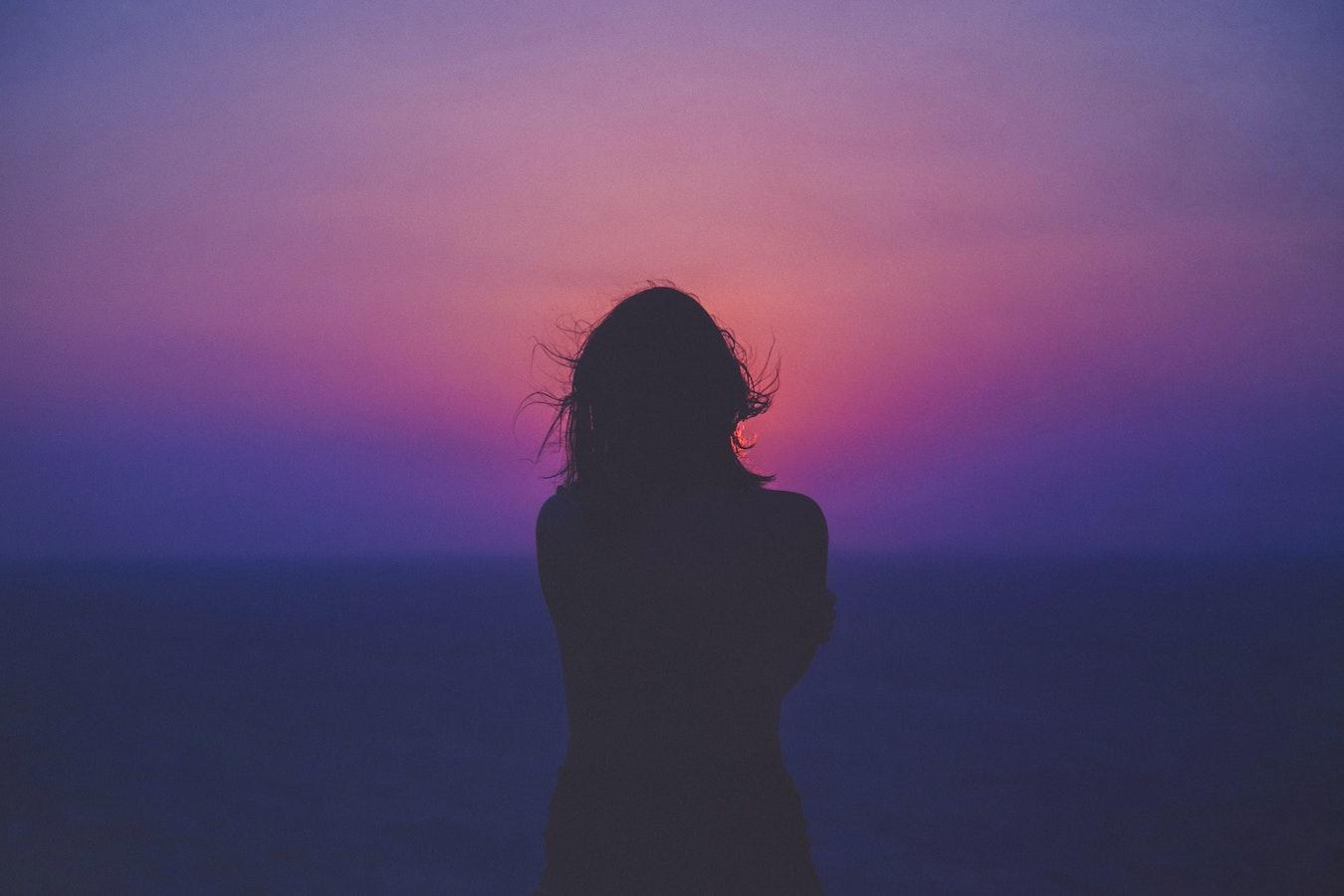 junge Frau vor dem Sonnenuntergang Farbverlauf violett geheimnisvoll mystisch