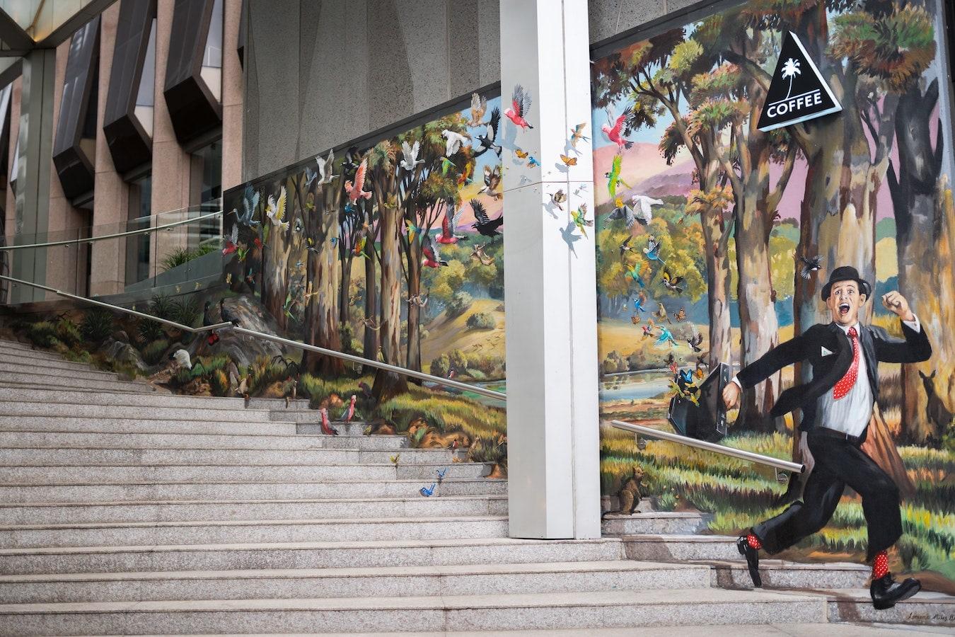 einsamer Ort mit Treppen und Graffiti, Zeichnungen auf der Wand