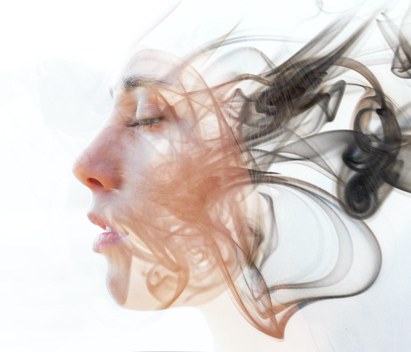 Gesicht einer jungen Frau löst sich auf in ihrem Unterbewusstsein abstrakt Hypnose lernen