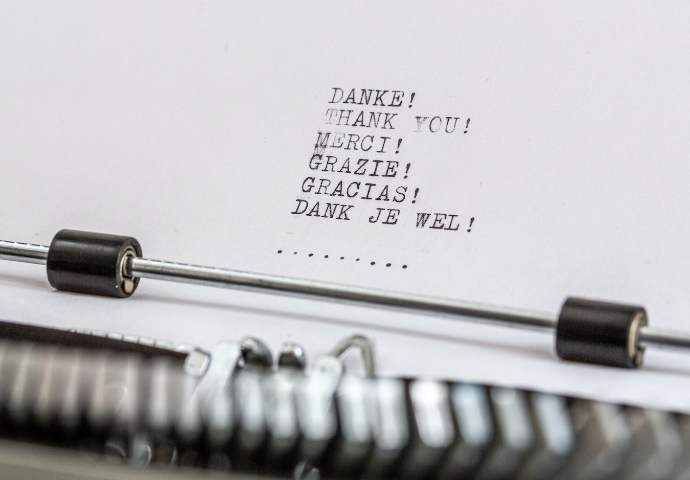 Schreibmaschine Text Danke in verschiedenen Sprachen Dankbarkeit gegen negative Gedanken