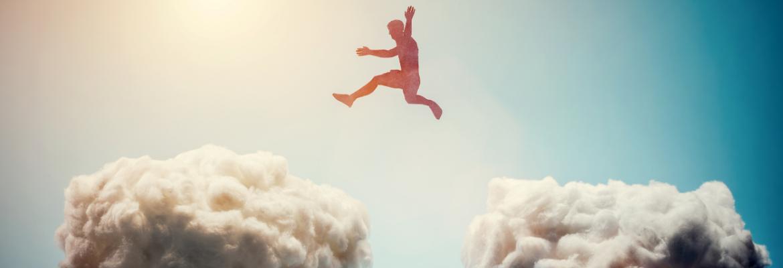 negative Glaubenssätze auflösen und positive Überzeugungen installieren um Ziele zu erreichen - Mann springt über Wolken
