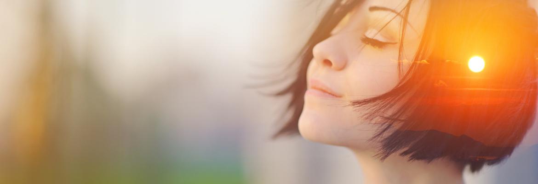 junge Frau aktiviert ihre Selbstheilungskräfte