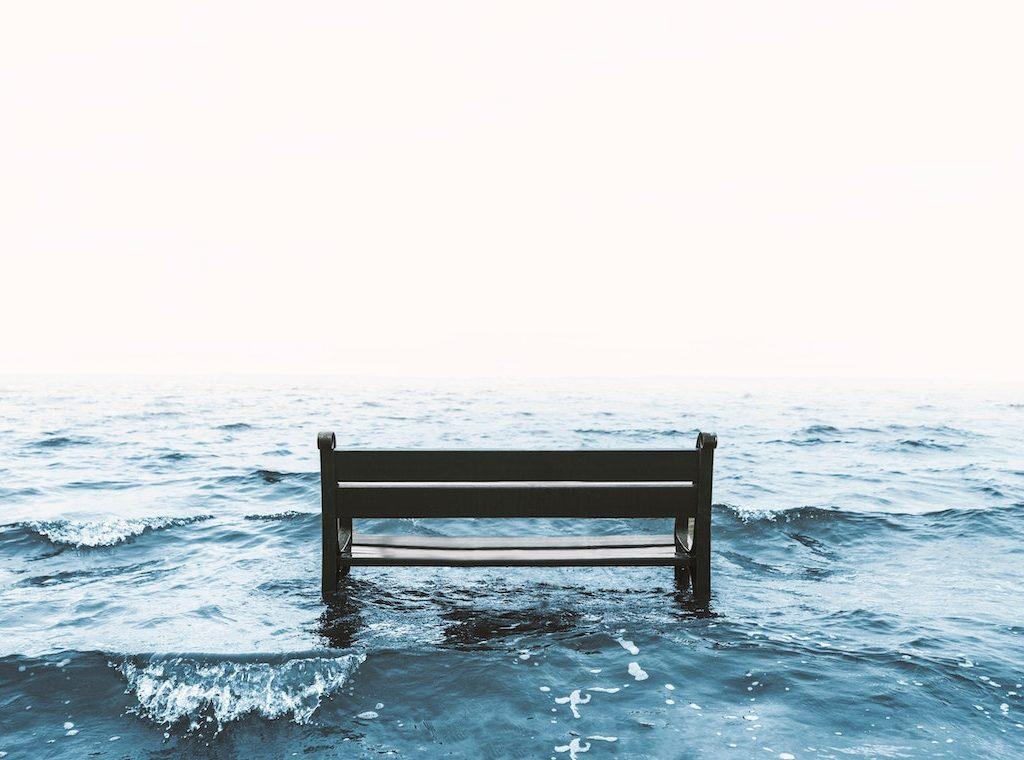 leere Bank steht im Meer - innere Leere