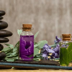 verschiedene Fläschchen mit ätherischen Ölen für Entspannung und besseren Schlaf