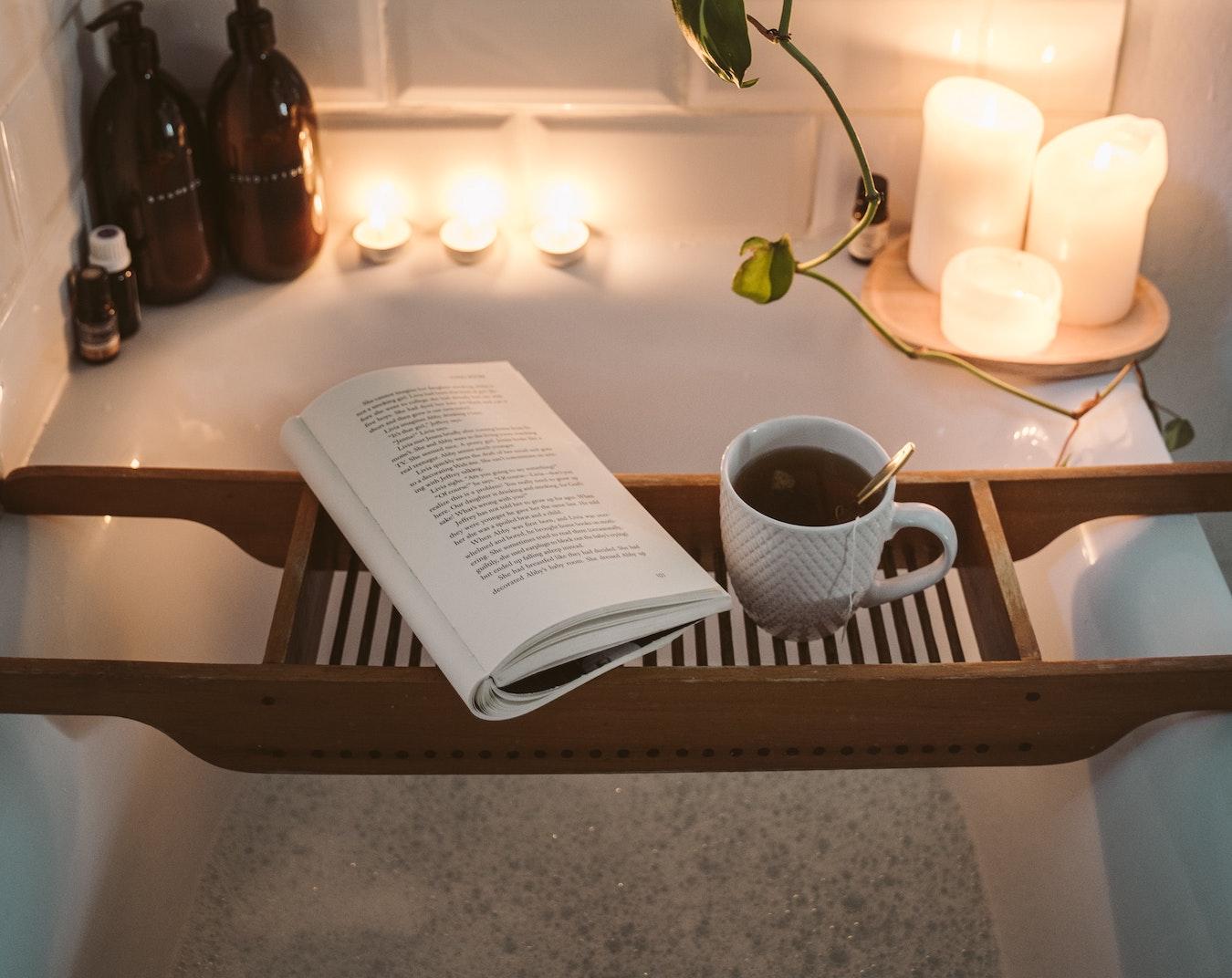 entspannendes Aromabad bei Kerzenlicht